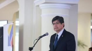Opositores ecuatorianos correístas asilados en embajada viajan hacia México