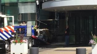 """Estrellaron un coche contra la sede del diario """"De Telegraaf"""""""