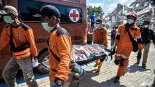 Indonesia: hallaron vivos a 31 jóvenes atrapados en dos escuelas