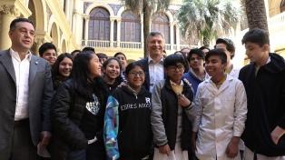 Macri habló con alumnos que participan de un programa de alfabetización digital