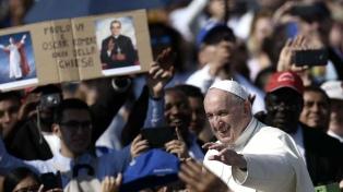 """Francisco pide """"imitar el ejemplo"""" de los santificados Pablo VI y del obispo Romero"""