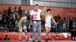 El chubutense Almendra, medalla de plata en lucha libre