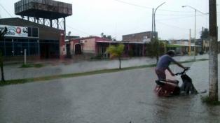 Una fuerte tormenta inundó las calles de la capital y otras localidades