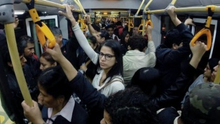 Lanzan una línea de asistencia para denunciar el acoso en el transporte público