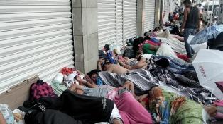 Gran número de migrantes sigue su camino a pie hacia Estados Unidos
