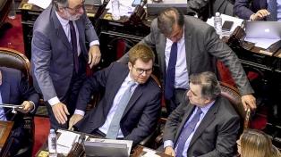 Diputados se enfrentaron por el Presupuesto, con intento de golpes y banderas estadounidenses
