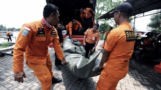 Un avión con 188 personas a bordo se estrelló en el mar de Java