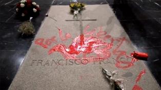 Detuvieron a un artista por pintar una paloma de la paz en la tumba de Franco
