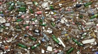 """Se enfrenta a la posibilidad de vivir un """"tsunami"""" de plástico"""
