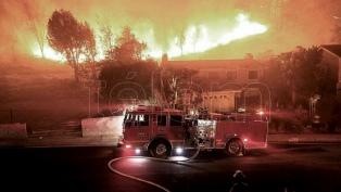 Las autoridades afirman que el incendio en California estará controlado a fin de mes