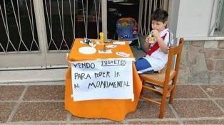 Un niño de 6 años puso en venta sus juguetes para ir a ver a River