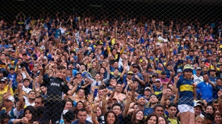 """Un masivo """"banderazo"""" saludó la práctica de Boca en La Bombonera, que luego fue clausurada"""