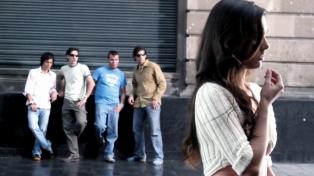 Proponen legislar sobre el piropo y otras formas de acoso callejero