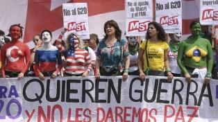 Body painting y enmascarados como personajes de comic en la marcha contra el G20