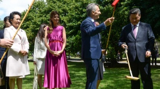 El líder chino se llevó un caballo de polo y su esposa una batuta de Barenboim