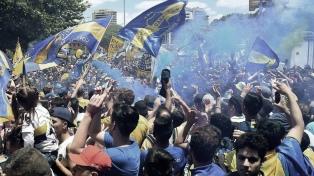 Los hinchas de Boca despiden al equipo con un banderazo