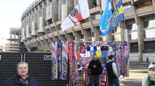 Los hinchas de Boca y River ingresan al estadio empavesándolo con sus colores