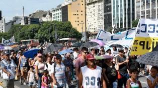 Organizaciones sociales marchan para reclamar viviendas sociales