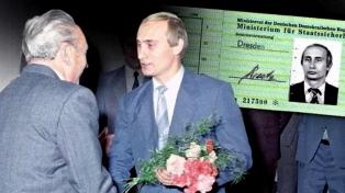 Hallan carnet de Putin emitido por la Stasi, extinta policía de Alemania Oriental
