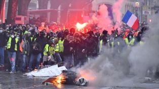 Los chalecos amarillos volvieron a protestar pese a los anuncios de Macron