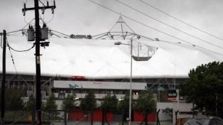 Rotura del techo del Estadio Único de La Plata y caída de árboles y postes de luz
