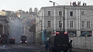 Segundo día consecutivo de enfrentamientos entre estibadores en huelga y carabineros en Valparaíso
