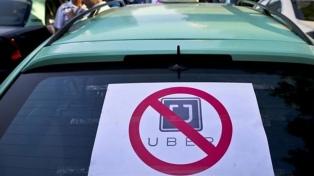 La legislatura prohíbe a Uber con apoyo de taxistas y remiseros