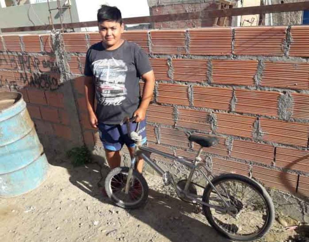 Maycol arregla su cicicleta para jugar con sus amigos y ahora le pide una a Papá Noel