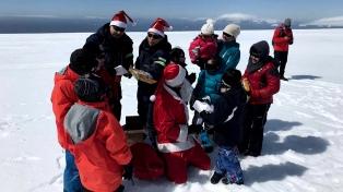 Papá Noel entregó regalos a los niños de la base Esperanza de la Antártida