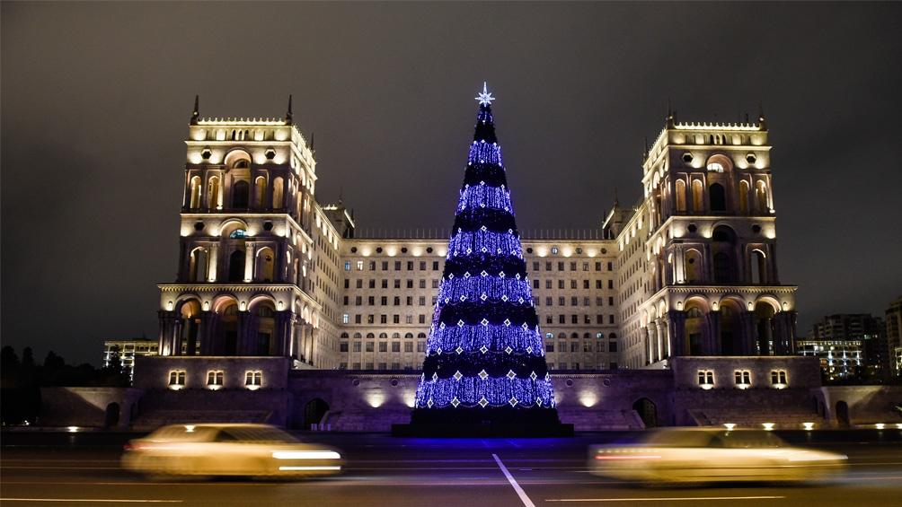 Azerbaiyan. Nada de rojo y verde, azul y oro para la decoración navideña.