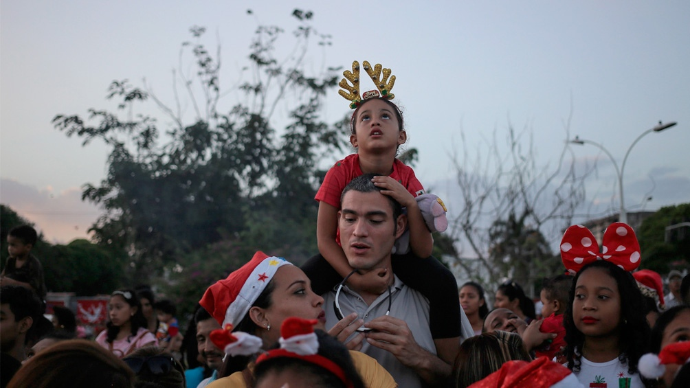Panamá. Chicos y grandes maravillados con el desfile de Navidad.
