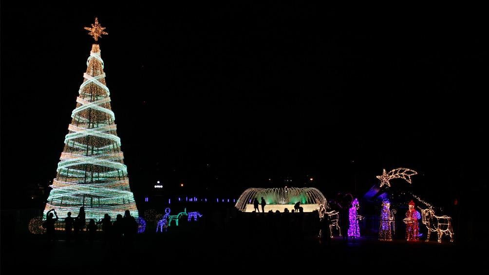Perú. Lima armó un árbol inmenso y un sinfin de figuras emblemáticas.
