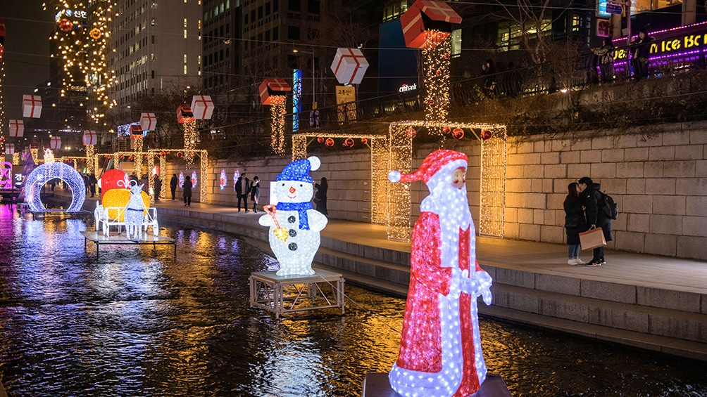 Corea del Sur. Renos, trineos y un Papa Noel iluminado para esperar la fiesta.