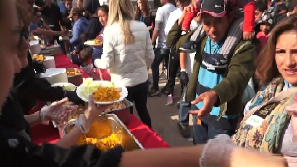 México. Un grupo de chefs de San Diego preparó una gigantesca paella para los que esperan ingresar a los Estados Unidos desde Tijuana.