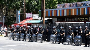 """Dos detenidos por """"resistencia a la autoridad"""" en el desalojo de una asamblea barrial en Villa Urquiza"""