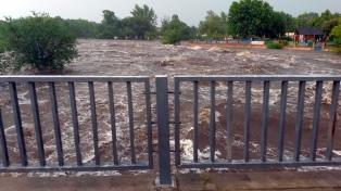 Una fuerte lluvia causó crecidas de ríos e inundaciones en Mina Clavero