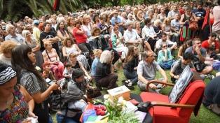 Osvaldo Bayer fue homenajeado en la Plaza Alberti