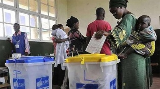 Dos muertos en las elecciones congoleñas plagadas de fallas técnicas y retrasos