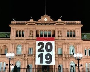 Colocaron una bandera con el número 2019 en el frente de la  Casa Rosada