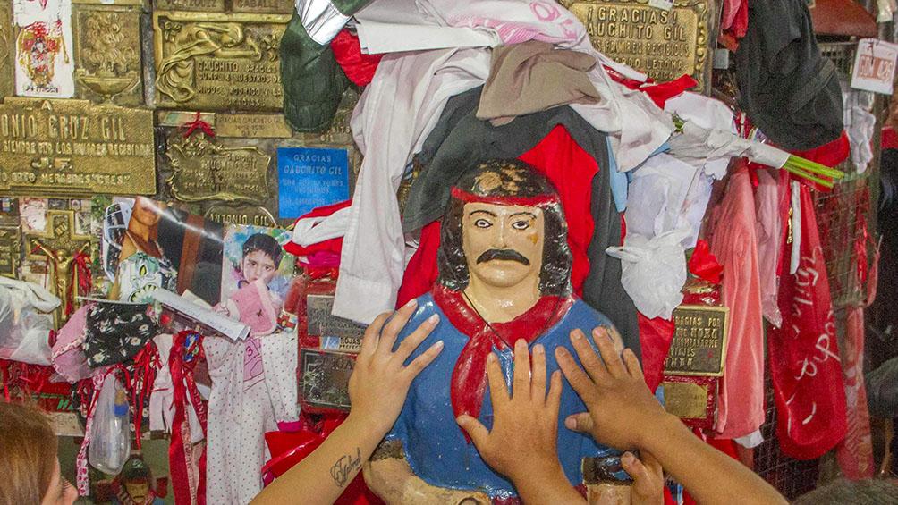 Miles de devotos en el santuario del Gauchito Gil para agradecer y pedir buena salud