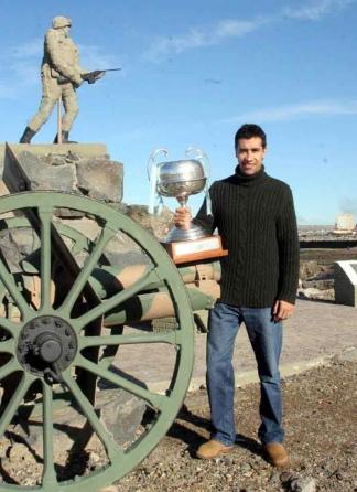 Cocha con el trofeo de la Liga Nacional de Básquet en Comodoro Rivadavia (crédito: Marcelo Figueras/LNB)