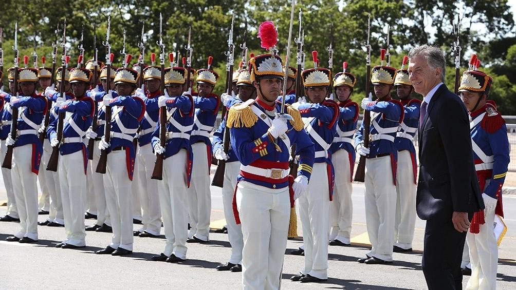 Macri camina frente a una formación militar, al ser recibido en el Palacio de Planalto.
