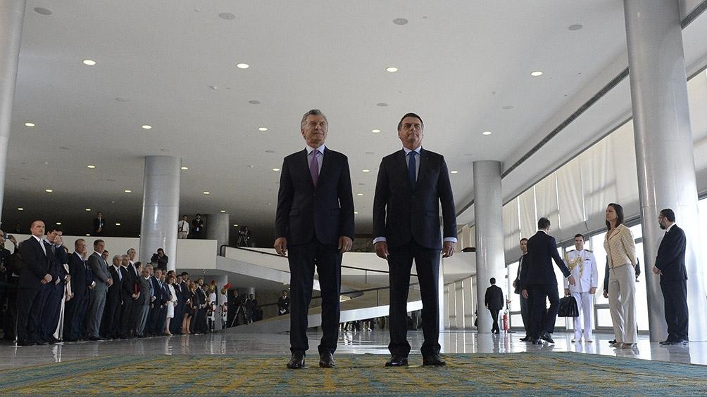 Ambos mandatarios caminan por el Palacio de Planalto.