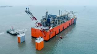 La barcaza que exportará gas arribará en febrero a la ciudad y comenzará a operar en abril