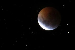 """Una """"súper"""" Luna roja copó las redes sociales al iluminar la noche en Argentina y el resto de América"""
