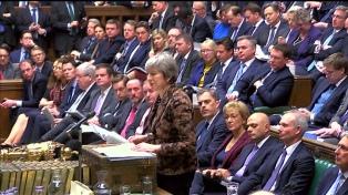 Theresa May rechaza posponer el Brexit y enfrenta una feroz oposición