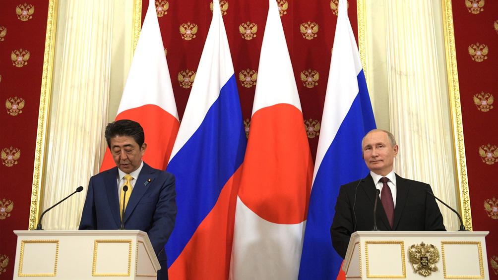Putin y Abe abordan la firma de un tratado de paz, pero sin lograr avances