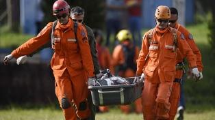 Los bomberos suspendieron las operaciones de rescate para drenar una represa