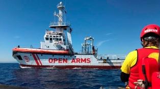 El barco rescatista Open Arms cumple 10 días en el Mediterráneo esperando un puerto para desembarcar
