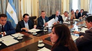 El Presidente encabeza una reunión con miembros del Gabinete